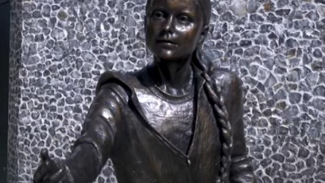 Estatua de bronce de Greta Thunberg en la Universidad de Winchester, en el Reino Unido.