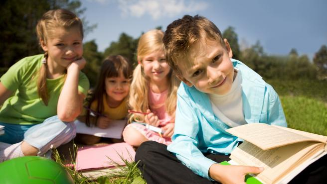 Un grupo de niños leyendo libros.