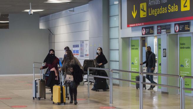 Varios viajeros de un vuelo procedente de Casablanca en la Terminal T1 del Aeropuerto Madrid-Barajas.