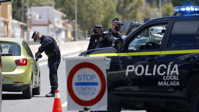 MLG 30-04-2020.-La Policía Local de Málaga realiza controles de carreteras de cara al puente del 1 de Mayo para que los malagueños no acudan a las segundas residencias por el decreto de Estado de Alarma a causa del CO
