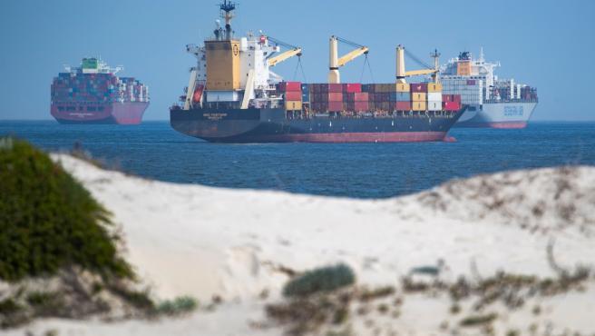 Varios buques esperan su turno en el Canal de Suez.