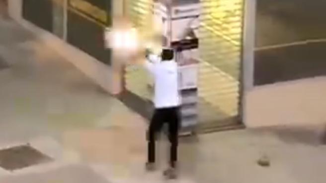 Un individuo dispara durante un enfrentamiento a tiros entre bandas rivales en Ciudad Lineal, Madrid.