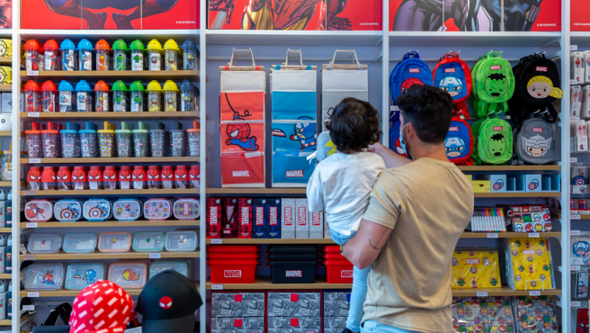 Un padre y su pequeña en una tienda de Miniso.