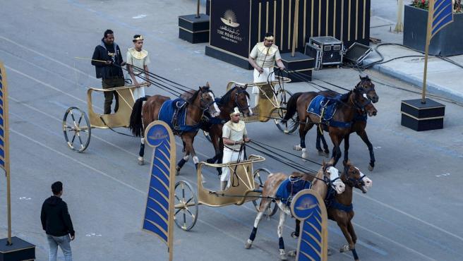 Hombres disfrazados como en la época del Antiguo Egipto viajan en carros de guerra tirados por caballos ante del desfile para trasladar 22 momias reales al Museo Nacional de la Civilización Egipcia, a las afueras de El Cairo.