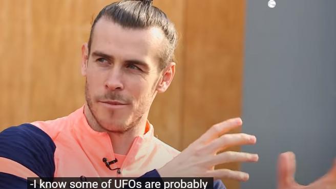 Bale habla de ovnis con su compañero Joe Rodon.
