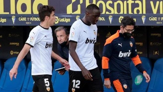 Diakhaby abandona el campo en el partido ante el Cádiz.