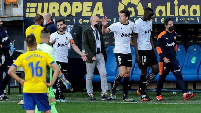 Los jugadores del Valencia abandonan el campo tras los presuntos insultos racistas a Diakhaby.