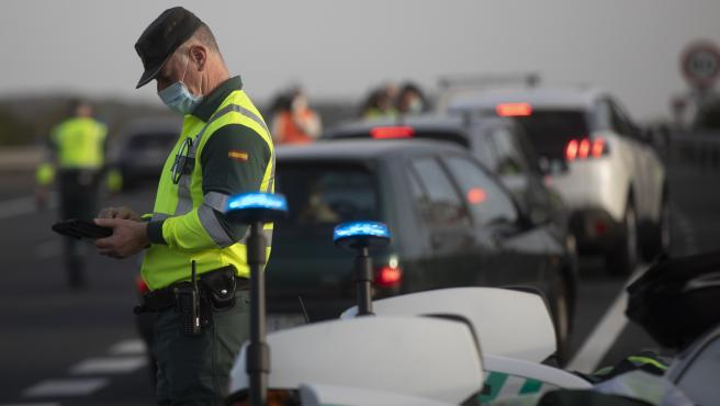 Agentes de la Guardia Civil durante un control de movilidad e