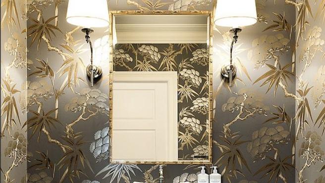 Baño decorado con papel pintado.