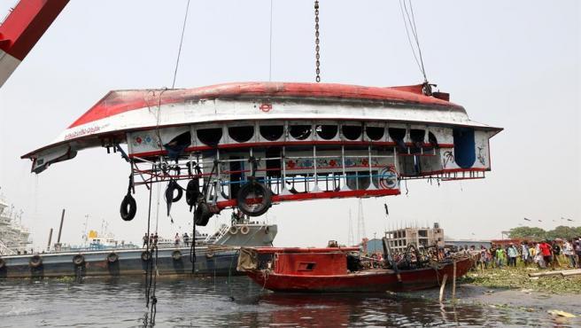 Una grúa saca del agua el ferry que se hundió en el río Shitalakkhya en Narayanganj, Dacca, Bangladesh.