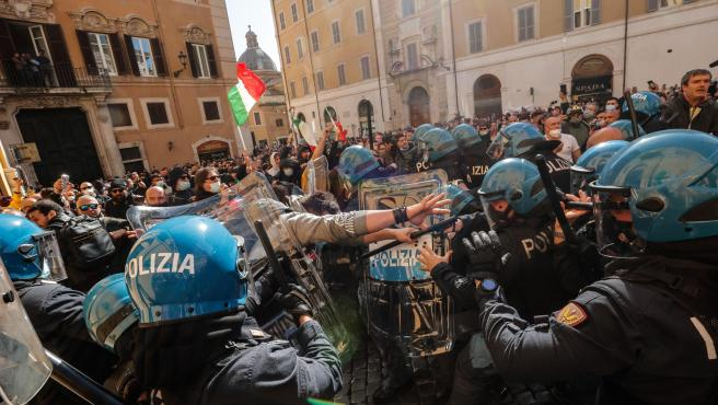 Rome (Italy), 06/04/2021.- Traders, shopkeepers and restaurateurs clash with police during a protest next to the Chamber of Deputies in Piazza Montecitorio, Rome, Italy, 06 April 2021. The protesters, many with lowered masks, demand the reopening of their shops and restaurants amid the third COVID-19 pandemic lockdown measures. (Protestas, Abierto, Italia, Roma) EFE/EPA/GIUSEPPE LAMI