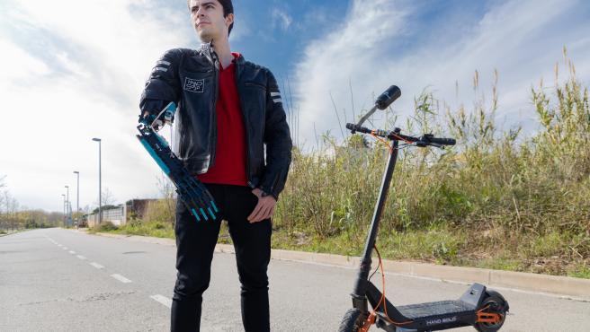David Aguilar, creador de una prótesis de brazo con piezas de Lego.