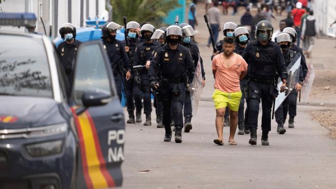 Detenidos en unos incidentes en un campamento de inmigrantes en Tenerife