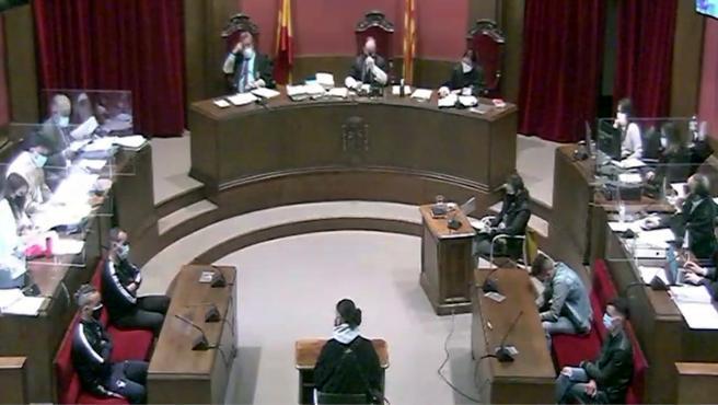 La sala de la Audiencia de Barcelona durante el juicio por la violación múltiple a una joven en Sabadell en 2019.