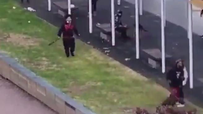 Uno de los jóvenes empuña un machete en medio de la pelea.