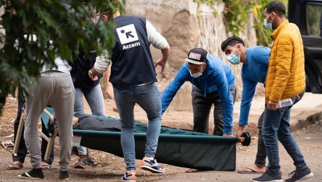 Unos inmigrantes y personal de la ONG Accem, que gestiona el campamento humanitario de Las Raíces, trasladan a uno de los heridos en los altercados ocurridos en el campamento de La Laguna (Tenerife), que se han saldado con la detención de ocho inmigrantes, según han informado a Efe fuentes de la Delegación del Gobierno en Canarias.