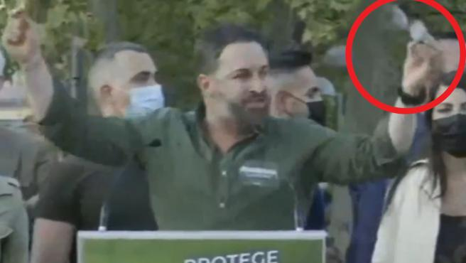 """During the rally that inaugurates the electoral campaign of the Community of Madrid, some attendees at the Plaza Roja de Vallecas have tried to boycott the act by throwing a stone at the leader of Vox, Santiago Abascal, which has failed to impact the politician. During his speech Abascal made reference to the escrache received in Vallecas by Pablo Iglesias a few days ago by a group of neo-Nazis, """"This is an escrache and not what happens to you, this is violence and not what you suffer"""".  Abascal has continued to rebuke Iglesias from his lectern: """"That a couple of kids have yelled at you, you are a coward who hides in your mousetrap and you are no longer able to walk through this neighborhood""""."""