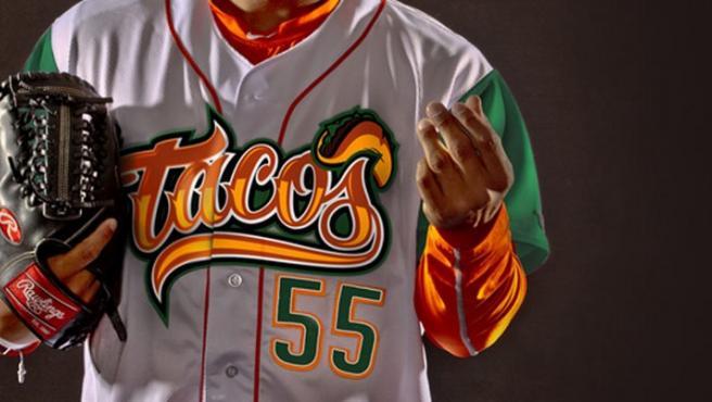 Uniforme de los Fresno Grizzlies en homenaje a los tacos.