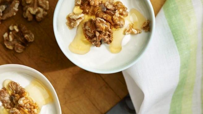 Helado de yogur griego con miel y nueces