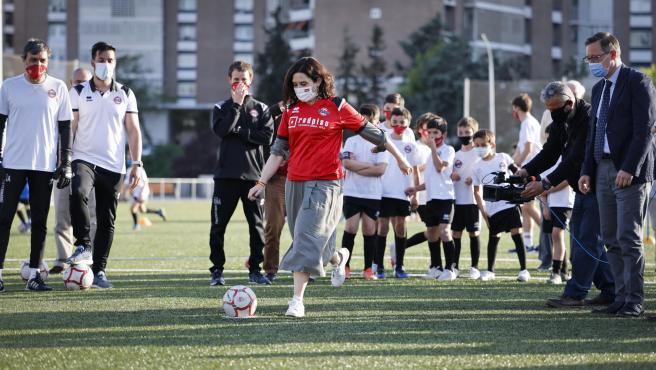 La presidenta de la Comunidad de Madrid, Isabel Díaz Ayuso, tirando un penalti en Sanchinarro
