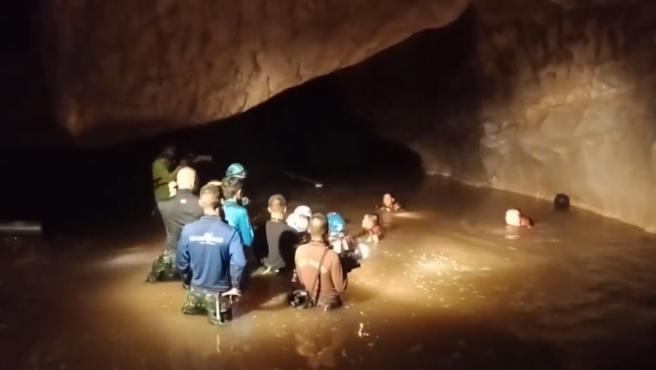 Rescate del monje en la cueva