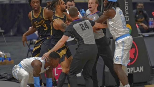Los Angeles Lakers y los Toronto Raptors se enzarzan en una pelea.