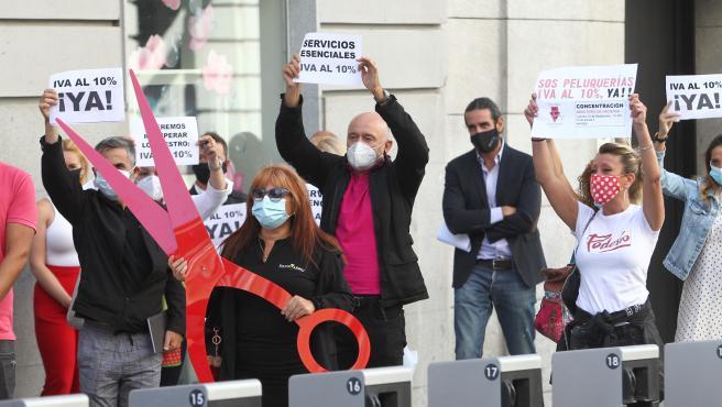 Protesta de peluqueros para reivindicar una rebaja del IVA al 10%