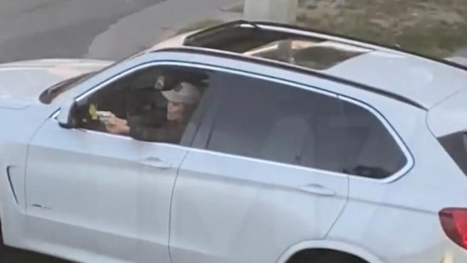 Una mujer apunta con una pistola desde el coche en Los Ángeles.