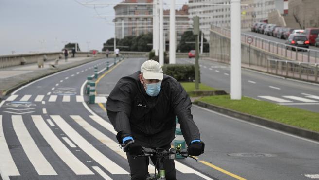 A Coruña Paseo Marítimo Galicia, única comunidad que obliga a usar mascarilla haciendo deporte. 27/01/2021 Foto: M. Dylan / Europa Press