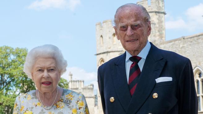 Isabel II junto a su marido, Felipe de Edimburgo, fotografiados en el Palacio de Windsor con motivo del 99 cumpleaños del Duque.
