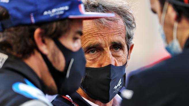 Alain Prost, con Fernando Alonso delante, en un Gran Premio