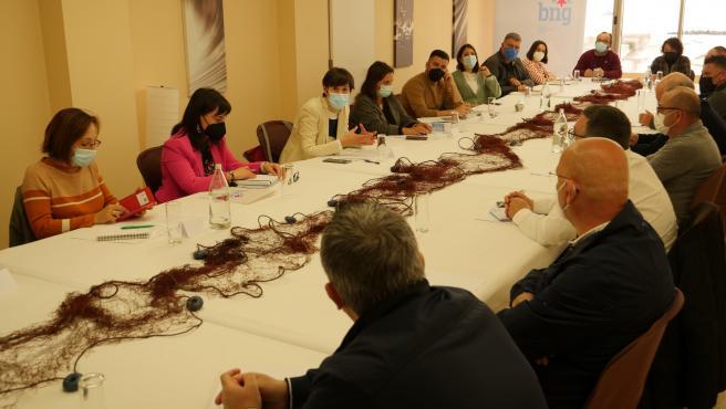 Ana Pontón y otros miembros del BNG en una reunión con representantes del sector pesquero de A Mariña