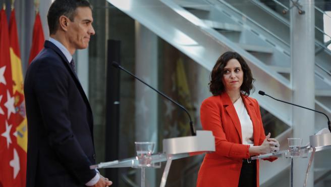 Archivo - El presidente del Gobierno, Pedro Sánchez, y la presidenta de la Comunidad de Madrid, Isabel Díaz Ayuso