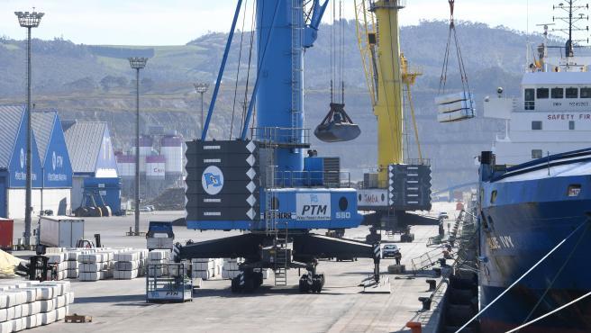 Archivo - Instalaciones del puerto exterior de A Coruña, en Punta Langosteira