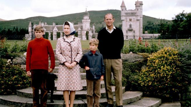 Los reyes de Inglaterra, en una foto junto a sus dos hijos pequeños, Andrés y Eduardo, en el castillo de Balmoral (Escocia).