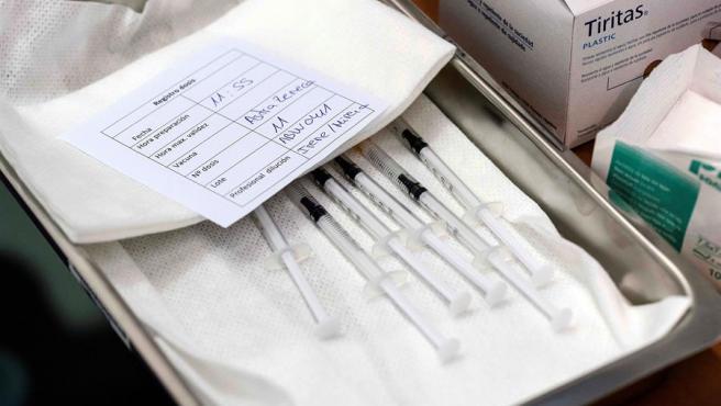 Dosis de vacunas de AstraZeneca listas para ser administradas.