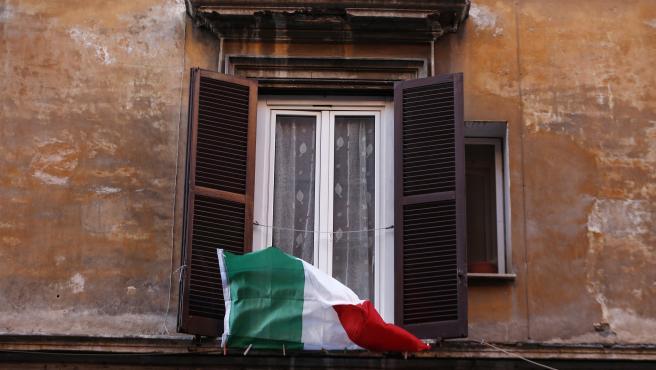 Bandera de Italia en una ventana.