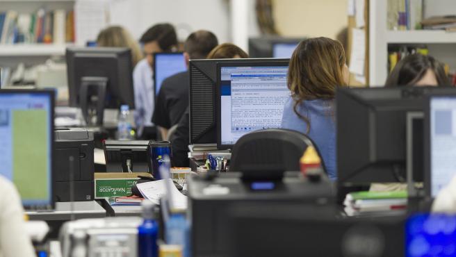 Varias personas trabajan en una oficina en una imagen de archivo.