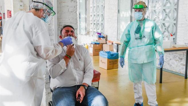 Un vecino de Madrid se somete a un test de detección de coronavirus.