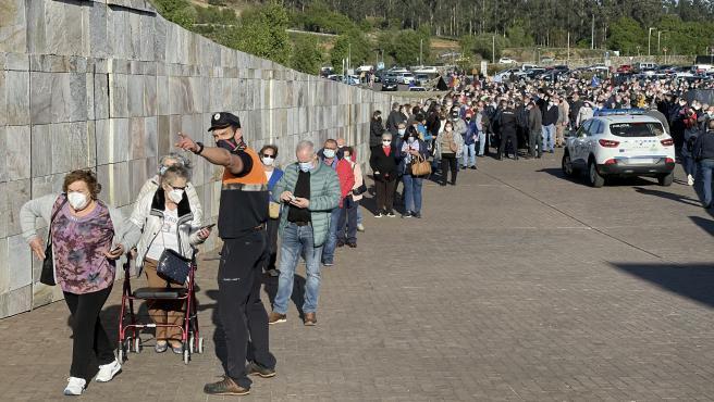 Una larga fila de personas se aglomera en la vacunación masiva de Santiago de Compostela a 6 de abril de 2021. La vacunación masiva programada para la tarde de este martes en Santiago sufre retrasos y se han producido
