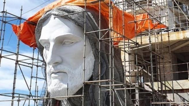 Imagen de la construcción del Cristo Protector de Encantado, en Brasil.