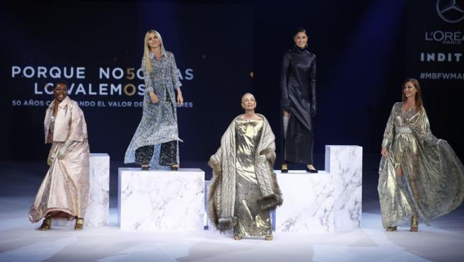 Francine Gálvez, Cayetana Guillén Cuevo, Pino María Montesdeoca, Yelimar y Cristina Piaget durante un desfile de la Mercedes-Benz Fashion Week Madrid.