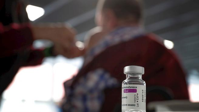Una persona recibe una dosis de la vacuna de AstraZeneca en el Wizink Center de Madrid.