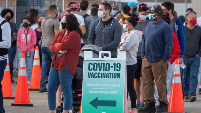 Un grupo de personas hace cola para recibir la vacuna contra la Covid-19 en un punto de vacunación en el condado de Miami-Dade, Florida.