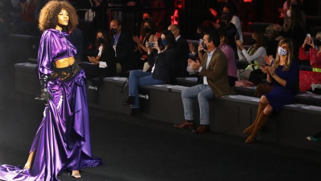 Begoña Gómez, esposa del presidente del Gobierno, Pedro Sánchez, asiste al desfile del diseñador Guillermo Décimo.