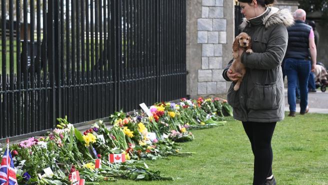 Flores en memoria del príncipe Felipe en el castillo de Windsor.