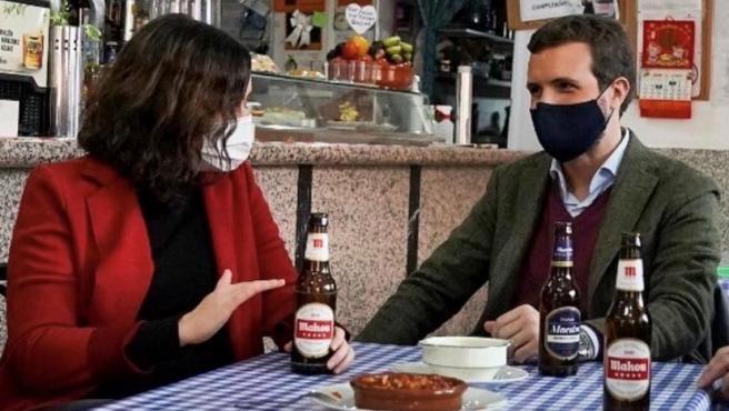 Imagen de archivo de Isabel Díaz Ayuso y Pablo Casado en un bar.