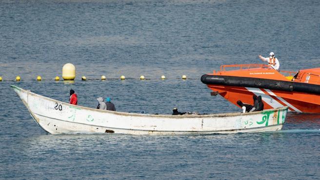 La embarcación Salvamar Alborán escolta en Tenerife a un cayuco con unas veinte personas a bordo localizado esta semana.