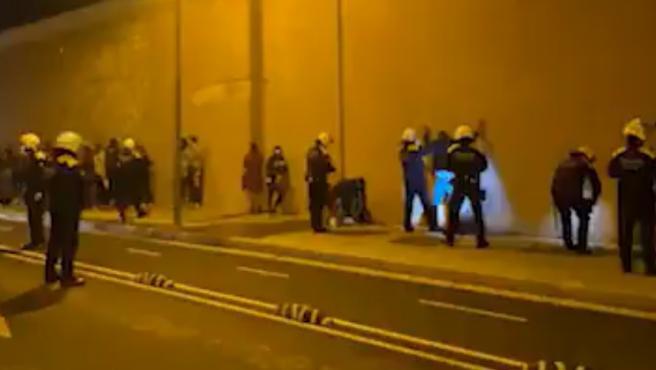La Guardia Urbana de Barcelona interviene en una fiesta ilegal en el barrio del Poblenou de Barcelona.