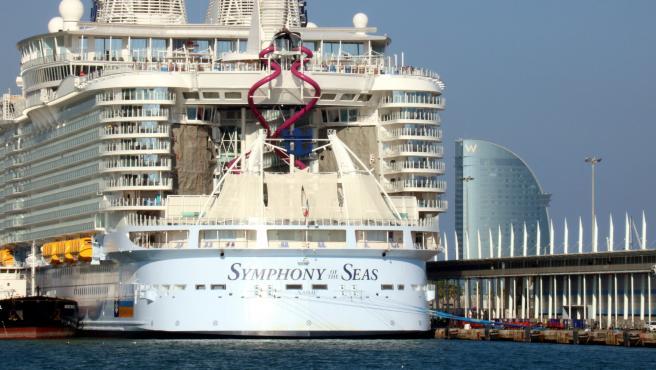 La popa del crucero Symphony of the Seas amarrado en el Port de Barcelona antes de la pandemia.